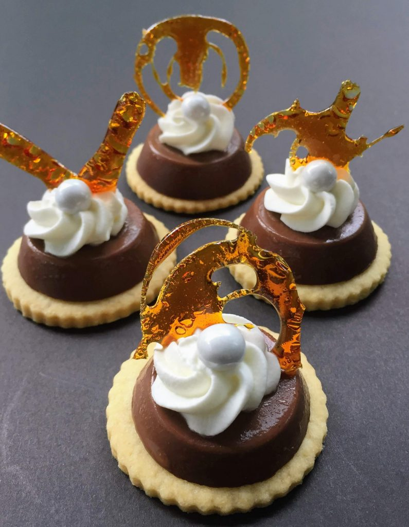 Mini mousse tarts with caramelized sugar decoration
