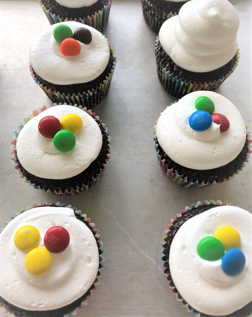 icing cupcakes with candies